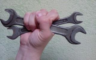 Как взломать навесной замок двумя гаечными ключами?