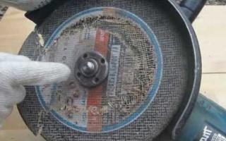Как открутить крепежную гайку на болгарке без ключа?