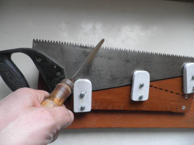 Фиксируем ножовку для заточки зубьев