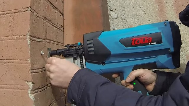 Так можно работать монтажным пистолетом