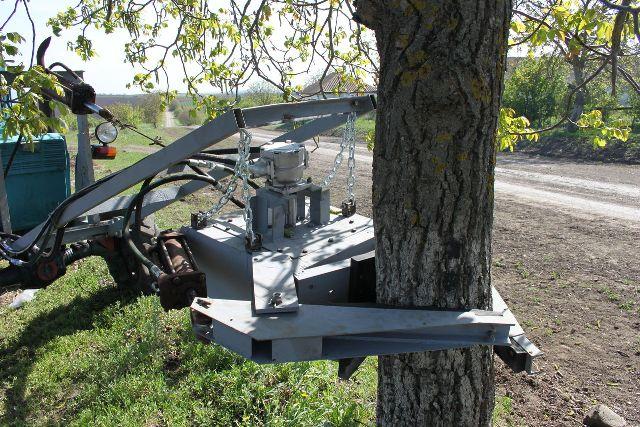 Гидравлический встряхиватель деревьев в работе