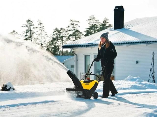 Компактный снегоуборщик в работе