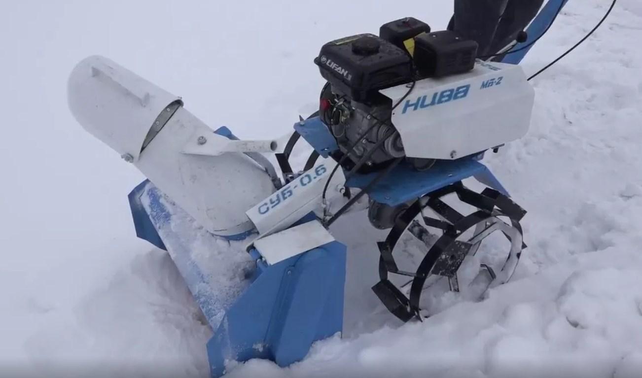 Малогабаритный снегоуборщик