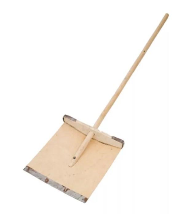 Деревянная снеговая лопата