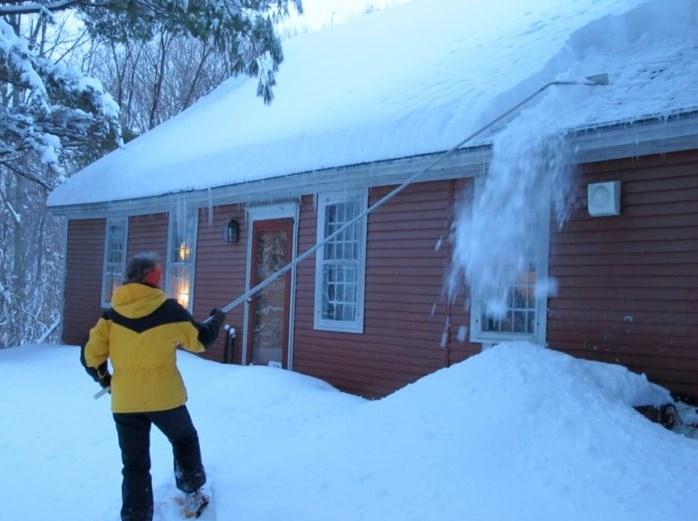 Уборка снега с крыши частного дома