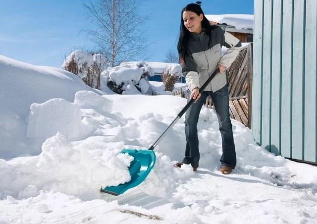 Уборка снега во дворе