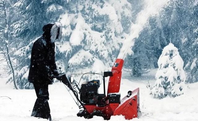 Уборка снега снегоуборщиком