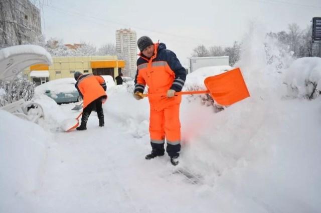 Уборка снега снеговой лопатой