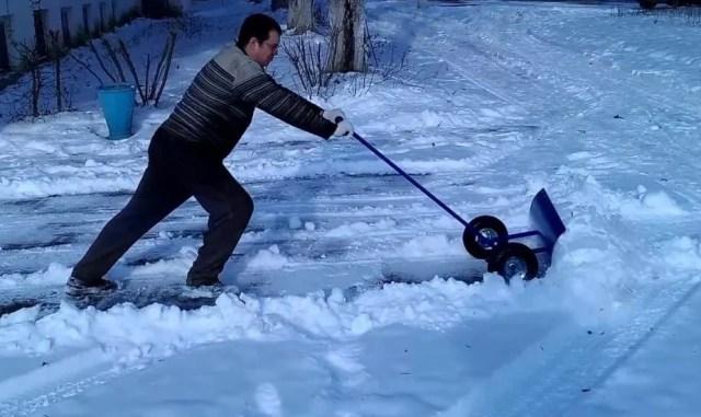 Уборка снега снегоуборочным отвалом