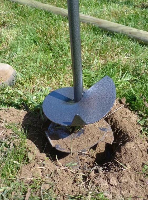 Пример работы садовым ямобуром