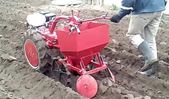 Пример механизированной посадки картофеля