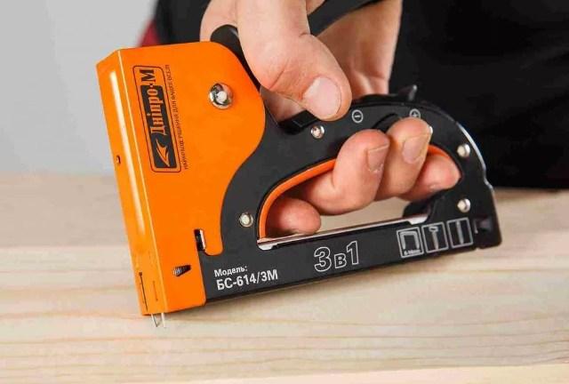 Строительный степлер ручной, пример работы