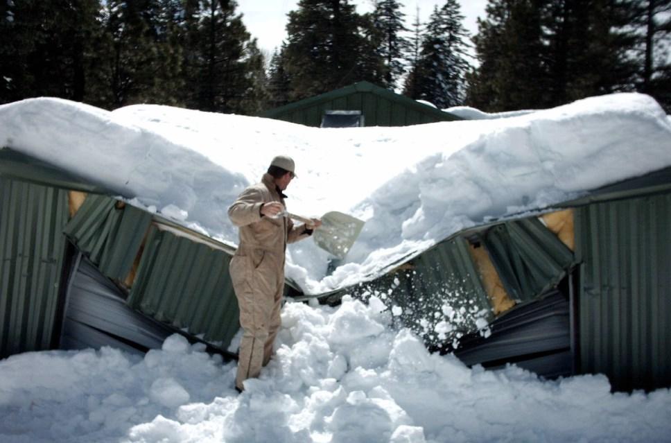 Обвал крыши под тяжестью сугробов